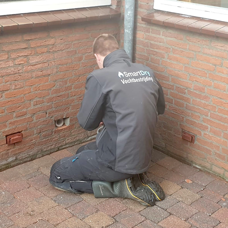 Mounting the DryBricks in the wall